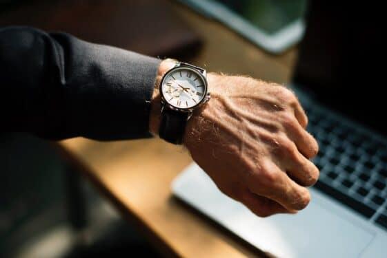 Pracujesz w biurze i boli cię ręka? Być może cierpisz na zespół cieśni nadgarstka. Sprawdź, czy potrzebujesz rehabilitacji