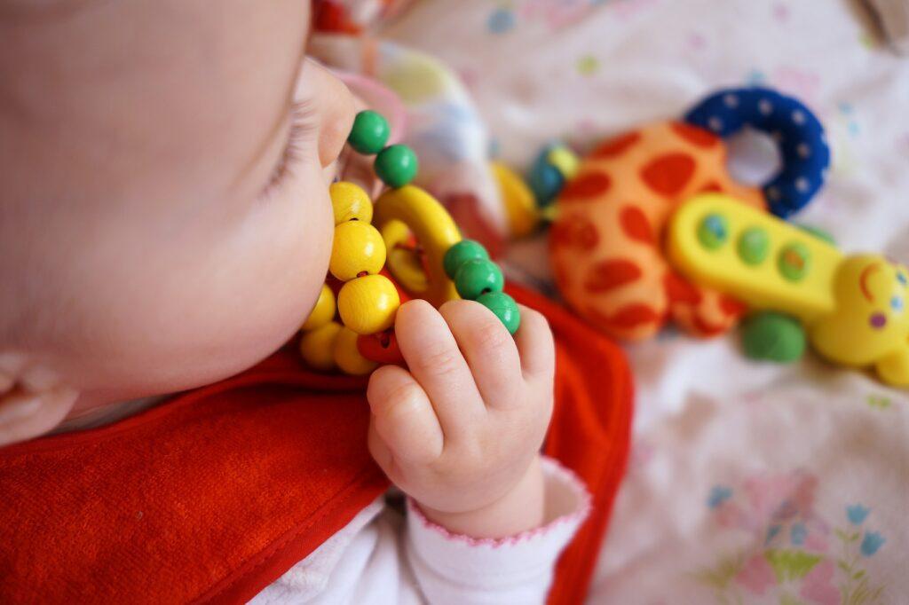 Jakich błędów unikać, rozszerzając dietę niemowlaka? Sprawdzamy