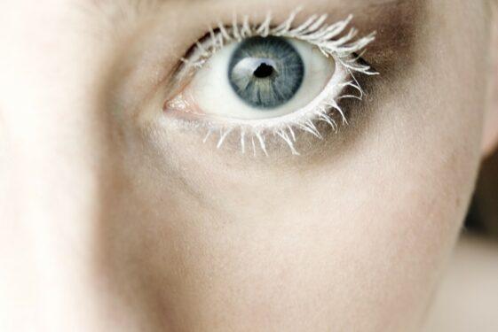 Biopreparat młodości – jak prawidłowo stosować serum pod oczy
