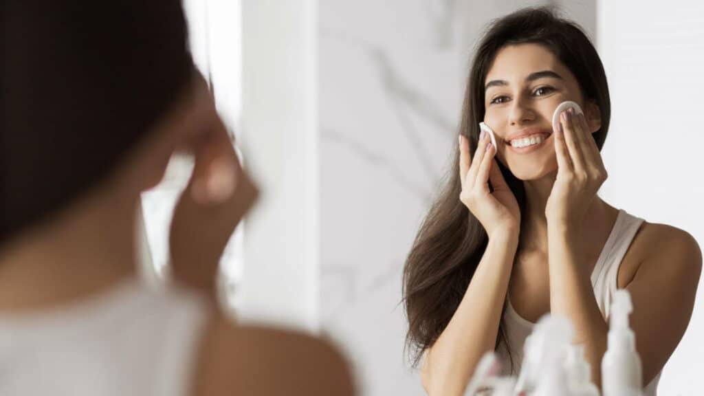 Jak dokładnie i bezpiecznie zmyć makijaż?