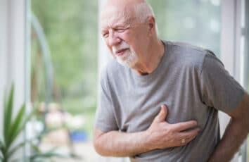 Atak serca - jak rozpoznać orazjak pomóc osobie zzawałem serca? Przyczyny ipowikłania zawału serca