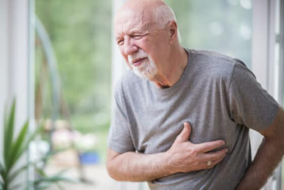 Atak serca - jak rozpoznać oraz jak pomóc osobie z zawałem serca? Przyczyny i powikłania zawału serca